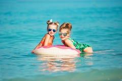 De vrolijke gelukkige meisjes hebben een rust op het overzees Stock Foto's
