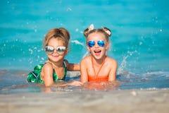 De vrolijke gelukkige meisjes hebben een rust op het overzees Royalty-vrije Stock Fotografie