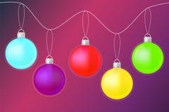De vrolijke glanzende ballen van de Kerstmiskleur op gradiënt purpere achtergrond royalty-vrije illustratie