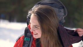 De vrolijke, glimlachende wandelaar stijgt haar hoed op Reiziger, Wandelaar positief portret in de winter bos Wandeling, liefde,  stock video
