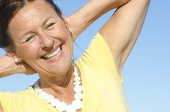 De vrolijke hogere achtergrond van de vrouwenhemel Stock Foto