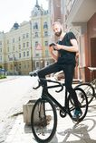 De vrolijke jonge die hipsterkerel werd op straat wordt verloren Stock Afbeeldingen