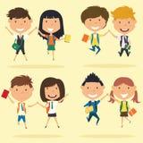 De vrolijke jonge jongens en de meisjes maken een sprong Royalty-vrije Stock Foto's