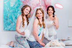 De vrolijke jonge meisjes vieren thuis een vrijgezellinpartij Royalty-vrije Stock Afbeeldingen