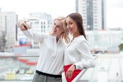 De vrolijke jonge onderneemsters fotograferen Stock Foto's