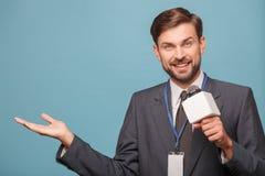 De vrolijke jonge verslaggever werkt met vreugde Royalty-vrije Stock Afbeeldingen