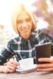 De vrolijke jonge vrouw gebruikt moderne technologie royalty-vrije stock foto's