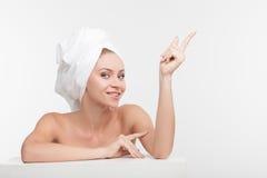 De vrolijke jonge vrouw geeft van haar lichaam Royalty-vrije Stock Fotografie