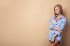 De vrolijke jonge vrouw verleidt in sexy kleding Stock Foto
