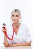 De vrolijke jonge vrouwelijke arts dient royalty-vrije stock afbeeldingen