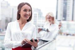 De vrolijke jonge vrouwelijke collega's ontspannen Stock Foto