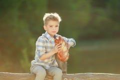 De vrolijke jongen van Smiling Camera Farm van de Zittingsomheining royalty-vrije stock foto's