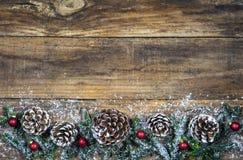 De vrolijke kaart van de Kerstmisgroet met denneappelsdecoratie Stock Afbeeldingen
