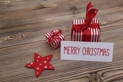 De vrolijke kaart van de Kerstmisgroet met giftdozen Stock Foto