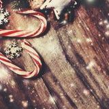 De vrolijke Kaart van de Kerstmisgroet met spar en decoratie  Stock Afbeelding