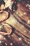 De vrolijke Kaart van de Kerstmisgroet met spar en decoratie  Royalty-vrije Stock Fotografie