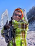 De vrolijke kameraad kijkt door dun ijs Stock Afbeelding