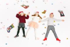 De vrolijke Leuke kleine jonge geitjes van Kerstmis 2016 Black Friday Stock Foto