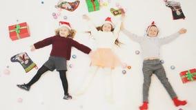 De vrolijke Leuke kleine jonge geitjes van Kerstmis 2016 Black Friday stock videobeelden