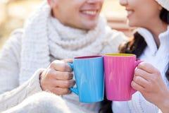 De vrolijke man en de vrouw genieten van hete drank Stock Foto