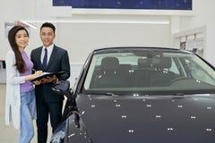 De vrolijke manager van het autohandel drijven stock foto