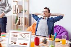 De vrolijke mannelijke arbeider heeft een rust Royalty-vrije Stock Afbeeldingen