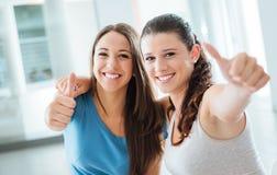 De vrolijke meisjes beduimelt omhoog Stock Foto