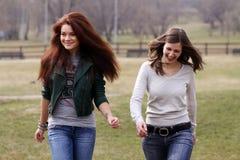 De vrolijke meisjes in de lente parkeren royalty-vrije stock afbeelding
