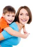 De vrolijke moeder van Appy met weinig zoon Stock Fotografie