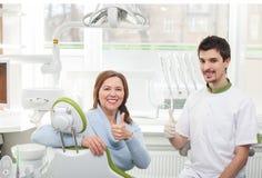 De vrolijke oude dame bezoekt orthodontist stock afbeelding