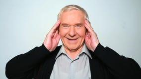 De vrolijke oude mens die isoleert heartily op witte achtergrond lachen stock footage