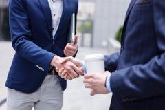 De vrolijke partners schudden handen stock fotografie