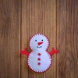 De de vrolijke prentbriefkaar of achtergrond van de Kerstmisgroet Het grappige die ornament van de Kerstmissneeuwman op een houte Royalty-vrije Stock Afbeeldingen