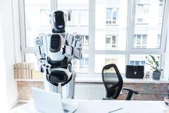 De vrolijke robot geniet van zijn dagbaan Royalty-vrije Stock Afbeeldingen
