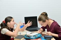 De vrolijke schoolmeisjetiener plaagt leraar Stock Fotografie