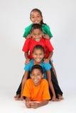 De vrolijke schoolvrienden vormen menselijke totempaal Stock Fotografie