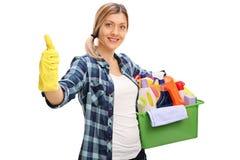 De vrolijke schoonmakende producten van de meisjesholding Stock Afbeelding
