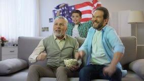 De vrolijke ventilators van het multiagevoetbal gelukkig met Amerikaans team het noteren doel, vrije tijd stock footage