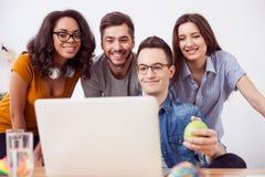 De vrolijke vier collega's onderhouden zich Royalty-vrije Stock Afbeeldingen