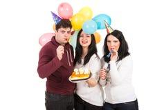 De vrolijke vrienden vieren verjaardag royalty-vrije stock foto