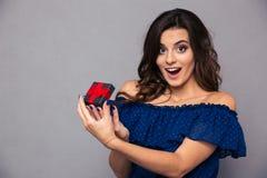 De vrolijke vrouw het openen doos van de juwelengift Royalty-vrije Stock Foto