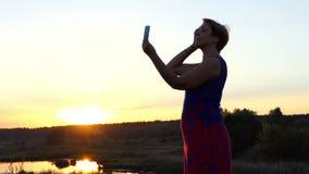 De vrolijke vrouw kamt haar haar en bekijkt haar spiegel stock videobeelden