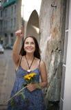 De vrolijke vrouw toont richting Stock Afbeeldingen