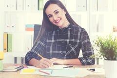 De vrolijke vrouw trekt met potloden stock afbeelding