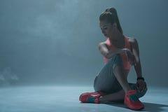 De vrolijke vrouwelijke danser rust na opleiding stock fotografie