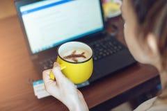 De vrouw aan reserve of koopt online kaartjes bij laptop Stock Fotografie