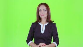 De vrouw adverteert kleren Het groene scherm stock video