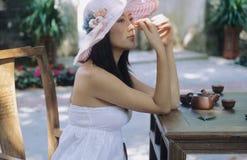 De vrouw & de thee van Prettey Stock Foto