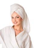De vrouw in badjas glimlacht Royalty-vrije Stock Fotografie