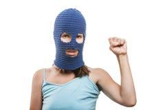 De vrouw in balaclava showingraised vuistgebaar Stock Fotografie